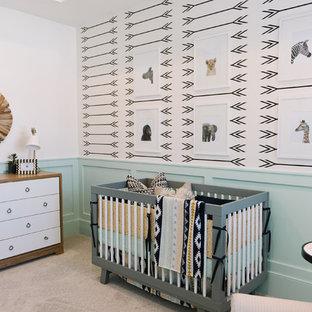 Ispirazione per una cameretta per neonati neutra nordica di medie dimensioni con pareti verdi, moquette e pavimento grigio