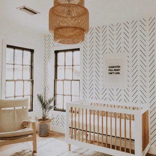 Réalisation d'une chambre de bébé garçon nordique de taille moyenne avec un mur blanc, moquette et un sol marron.