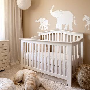Exemple d'une chambre de bébé neutre chic avec un mur beige et moquette.