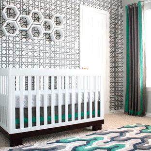 Esempio di una cameretta per neonato minimal di medie dimensioni con pareti verdi e moquette