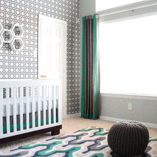 Ejemplo de habitación de bebé niño contemporánea, de tamaño medio, con paredes verdes y moqueta
