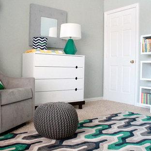 Foto de habitación de bebé neutra actual, de tamaño medio, con paredes grises y moqueta