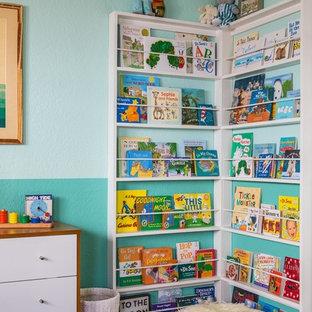 Cette photo montre une chambre de bébé garçon éclectique de taille moyenne avec un mur bleu.