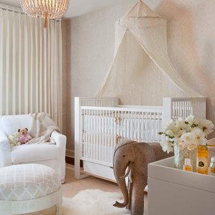 Esempio di una cameretta per neonati neutra tradizionale con pareti beige