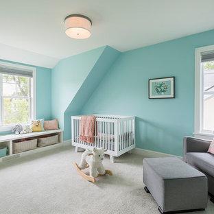 Diseño de habitación de bebé niña tradicional renovada, grande, con paredes azules, moqueta y suelo gris