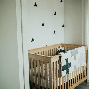 Cette photo montre une chambre de bébé neutre scandinave de taille moyenne avec un mur blanc et un sol en vinyl.