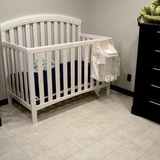 Foto de habitación de bebé moderna con paredes blancas, suelo vinílico y suelo blanco