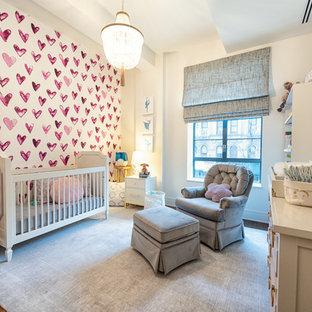 Diseño de habitación de bebé niña clásica renovada con paredes blancas, suelo de madera oscura y suelo marrón