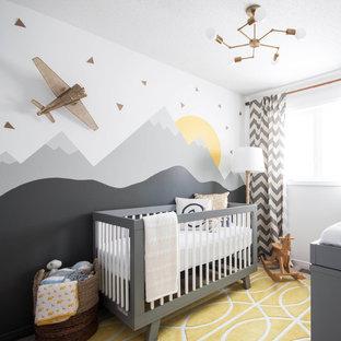 Imagen de habitación de bebé clásica renovada pequeña
