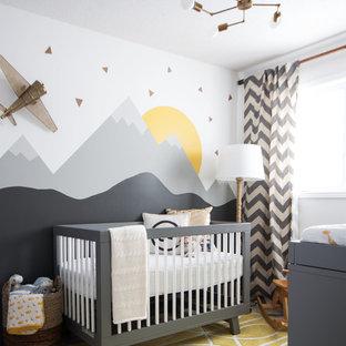 Ejemplo de habitación de bebé neutra tradicional renovada, pequeña, con paredes multicolor