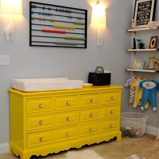 ローリーのコンテンポラリースタイルのおしゃれな赤ちゃん部屋 (グレーの壁、カーペット敷き) の写真
