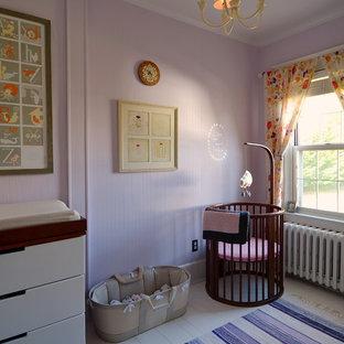 Diseño de habitación de bebé niña nórdica con paredes rosas y suelo de madera pintada