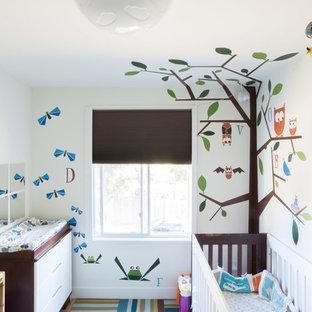Imagen de habitación de bebé neutra contemporánea, pequeña, con paredes multicolor