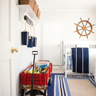 Ispirazione per una cameretta per neonato costiera con pareti bianche