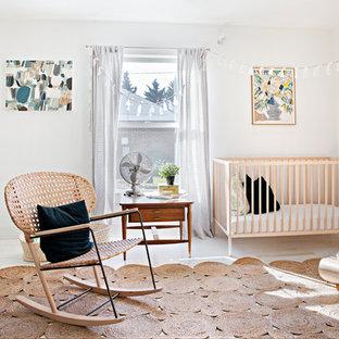 Ejemplo de habitación de bebé neutra romántica con paredes blancas