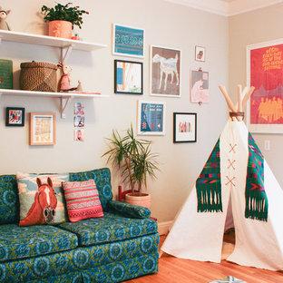 Создайте стильный интерьер: комната для малыша в стиле фьюжн с бежевыми стенами и паркетным полом среднего тона для девочки - последний тренд
