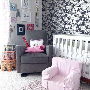 Diseño de habitación de bebé niña clásica renovada con paredes grises y moqueta