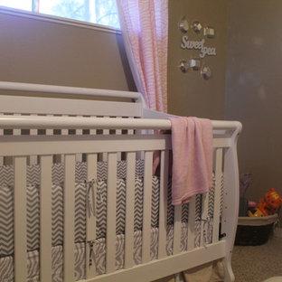 Imagen de habitación de bebé niña clásica renovada, de tamaño medio, con paredes marrones, moqueta y suelo beige