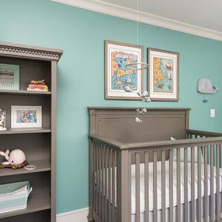 Imagen de habitación de bebé niño tradicional, de tamaño medio, con paredes verdes y suelo de madera oscura