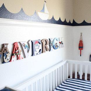 Foto de habitación de bebé niño marinera, pequeña, con paredes multicolor, moqueta y suelo beige