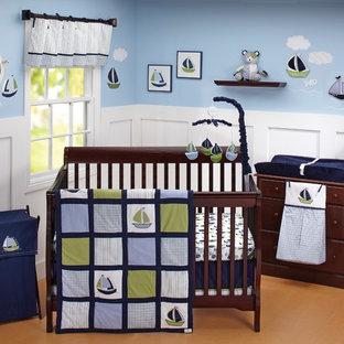 Esempio di una cameretta per neonato stile marino con pareti blu