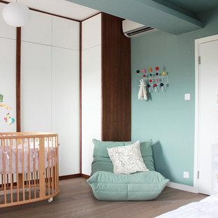 Neutrales Modernes Babyzimmer mit blauer Wandfarbe und braunem Holzboden in Hongkong