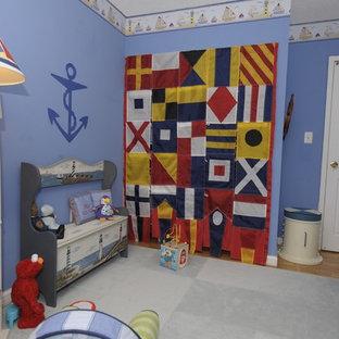 Idee per una cameretta per neonato eclettica di medie dimensioni con pareti blu e pavimento in legno massello medio