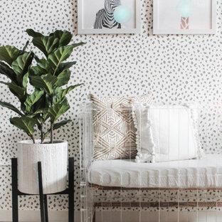 マイアミのコンテンポラリースタイルのおしゃれな赤ちゃん部屋 (グレーの壁) の写真