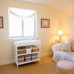 Idées déco pour une grand chambre de bébé neutre contemporaine avec un mur jaune et moquette.