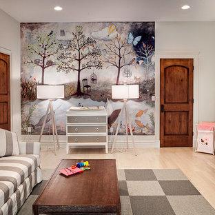 Esempio di una grande cameretta per neonati neutra tradizionale con pareti grigie e parquet chiaro