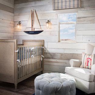 Aménagement d'une petit chambre de bébé neutre bord de mer avec un mur beige et un sol en bois brun.