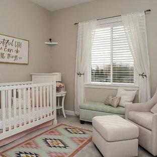 Modelo de habitación de bebé niña contemporánea, de tamaño medio, con paredes beige, moqueta y suelo beige