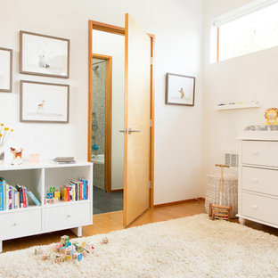Idée de décoration pour une petite chambre de bébé neutre nordique avec un mur blanc, un sol en bambou et un sol beige.