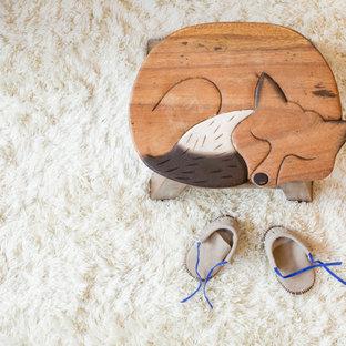 Modelo de habitación de bebé neutra nórdica, pequeña, con paredes amarillas, suelo de bambú y suelo beige
