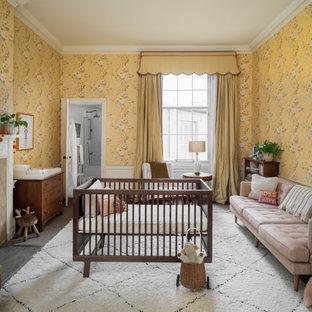 Foto de habitación de bebé niña papel pintado, clásica renovada, extra grande, con paredes amarillas, suelo gris y papel pintado