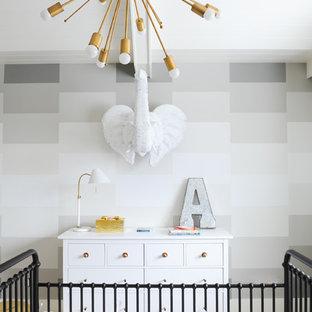 Diseño de habitación de bebé neutra clásica renovada, grande, con paredes multicolor y moqueta