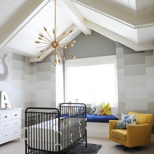 Réalisation d'une grand chambre de bébé neutre tradition avec un mur multicolore, moquette et un sol gris.