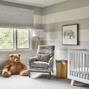 Réalisation d'une chambre de bébé neutre tradition avec moquette, un sol gris et un mur orange.