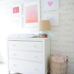 Ejemplo de habitación de bebé niña moderna, de tamaño medio, con paredes blancas, moqueta y suelo blanco