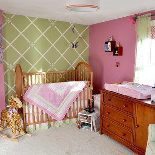 Ejemplo de habitación de bebé niña clásica, de tamaño medio, con paredes multicolor, moqueta y suelo verde