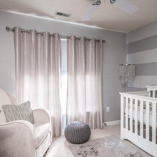 Imagen de habitación de bebé niña clásica con paredes grises y moqueta