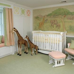 Cette image montre une chambre de bébé fille victorienne de taille moyenne avec un mur blanc et moquette.