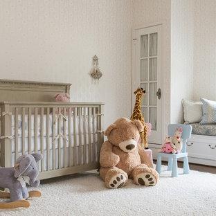 Ispirazione per una cameretta per neonati chic con pareti beige, parquet scuro e pavimento bianco