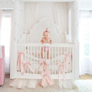 Idées déco pour une chambre de bébé fille romantique de taille moyenne avec un mur rose et un sol en bois clair.