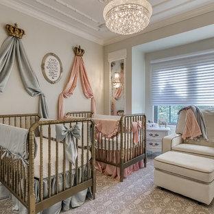 Aménagement d'une chambre de bébé victorienne avec un mur gris, moquette et un sol multicolore.