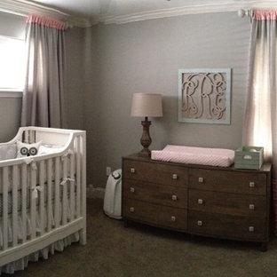 Foto de habitación de bebé niña clásica renovada, de tamaño medio, con paredes grises, moqueta y suelo gris