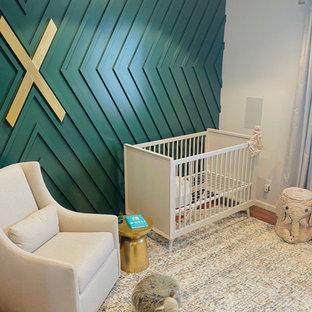 Свежая идея для дизайна: большая комната для малыша с зелеными стенами, ковровым покрытием и панелями на части стены для мальчика - отличное фото интерьера