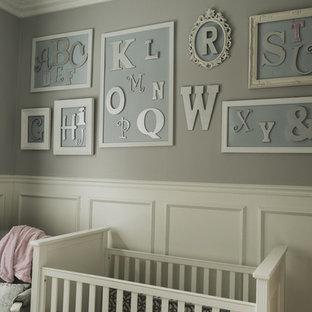 Cette photo montre une petit chambre de bébé neutre chic avec un mur marron.