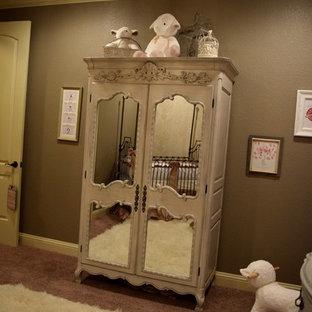 Cette photo montre une chambre de bébé fille victorienne.