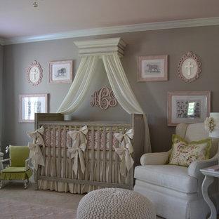 Ejemplo de habitación de bebé niña tradicional con paredes grises y moqueta